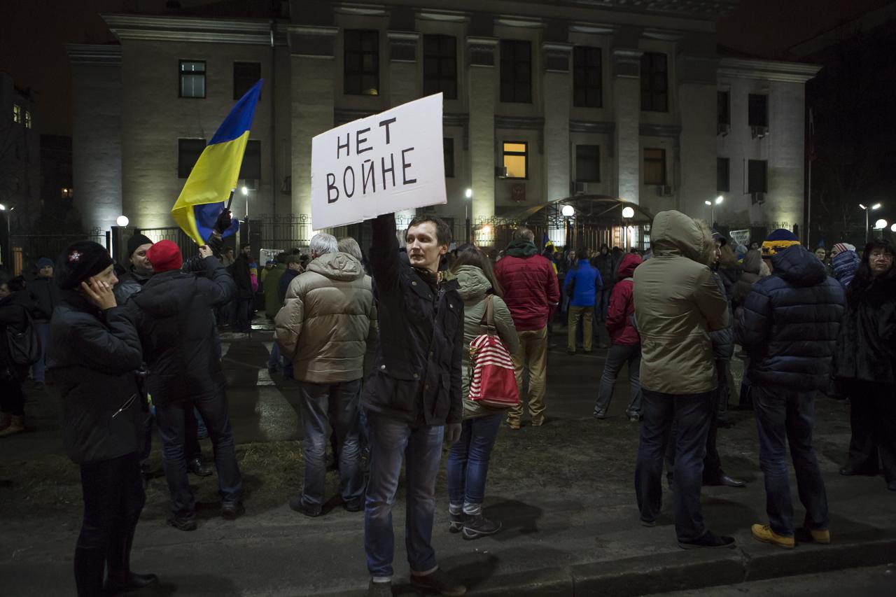 Manifestation ukrainienne devant l'ambassade de Russie à Kiev, le 1er mars 2014 - Photo Yann Revol