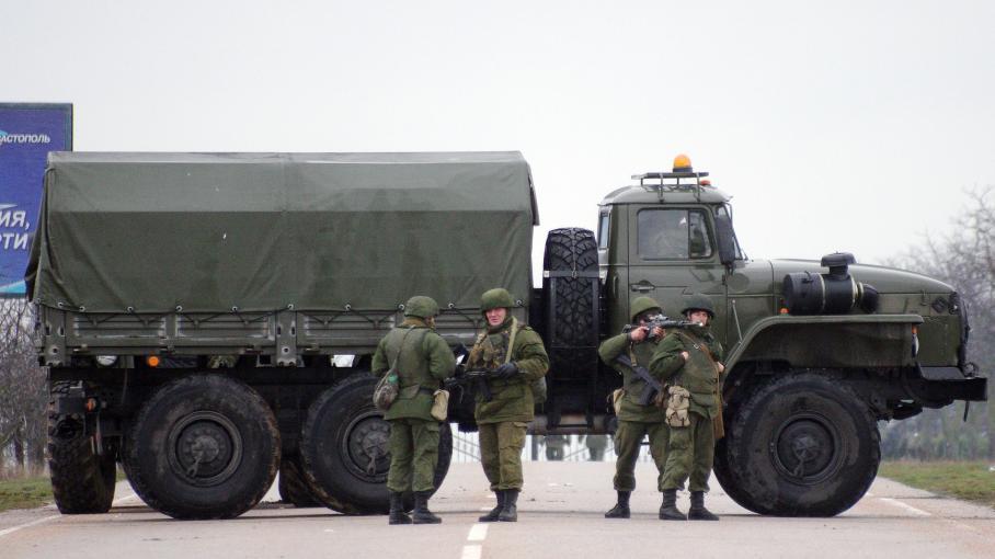 Des soldats, identifiés comme russes par le ministre de l'Intérieur ukrainien, bloquent une route allant à l'aéroport de Sébastopol, le 28 février 2014 en Ukraine. (VASILIY BATANOV / AFP)