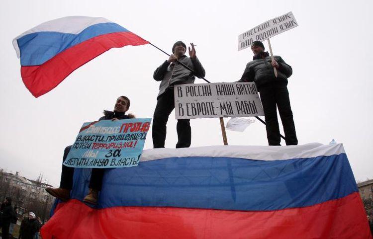 Des manifestants pro-russes agitent un drapeau russe lors d'une manifesation à Donetsk le 1er mars 2014 (Photo Alexander Khudoteply. AFP)