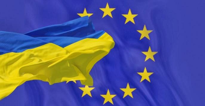 Les drapeaux de l'Ukraine et de l'Europe