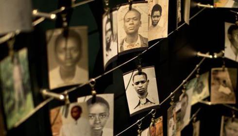 Des photos de victimes du génocide rwandais au Kigali Genocide Memorial Centre.