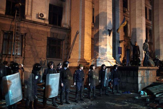 Des policiers montent la garde devant la Maison des syndicats à Odessa, qui a brûlé (AFP)
