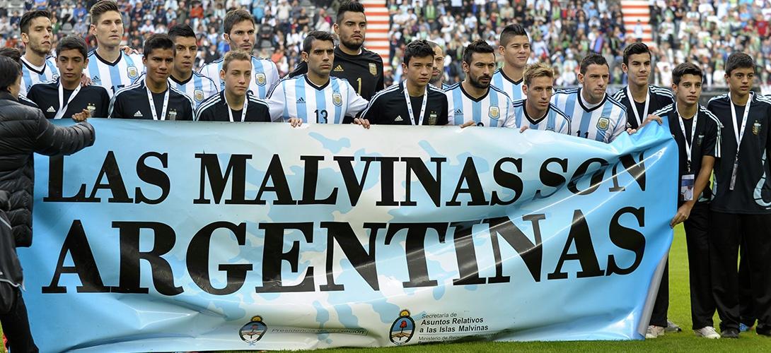 """La sélection argentine a déployé une banderole """"Les Malouines sont argentines"""" à l'occasion de leur dernier match préparatoire à la Coupe du Monde au Brésil, le 7 juin 2014."""