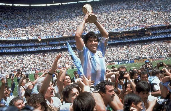 Maradona soulevant le trophée de la Coupe du Monde au Mexique en 1986
