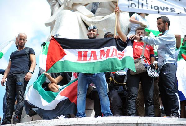 Un manifestant brandit un drapeau palestinien avec le nom du Hamas, le mouvement islamique en guerre contre Israël depuis 19 jours à Gaza.