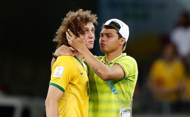Le défenseur du Brésil David Luiz consolé par son coéquipier Thiago Silva, le 8 juillet 2014, à Belo-Horizonte