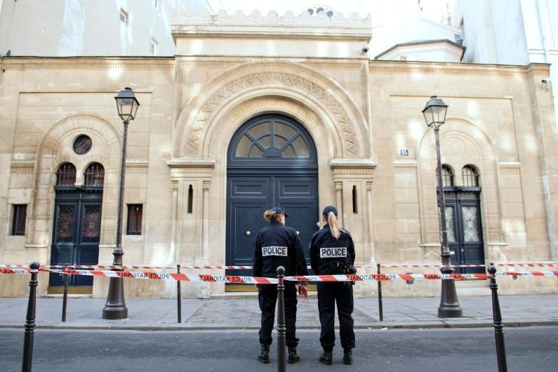 Des policiers en patrouille devant une synagogue, à Paris.