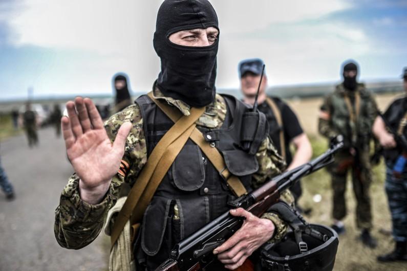 Un milicien pro-russe bloque l'accès à la zone du crash, le 20 juillet 2014 à Grabove
