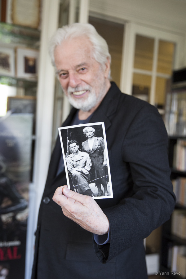 Alejandro Jodorowsky tenant une photo de ses parents. Photo : Yann Revol