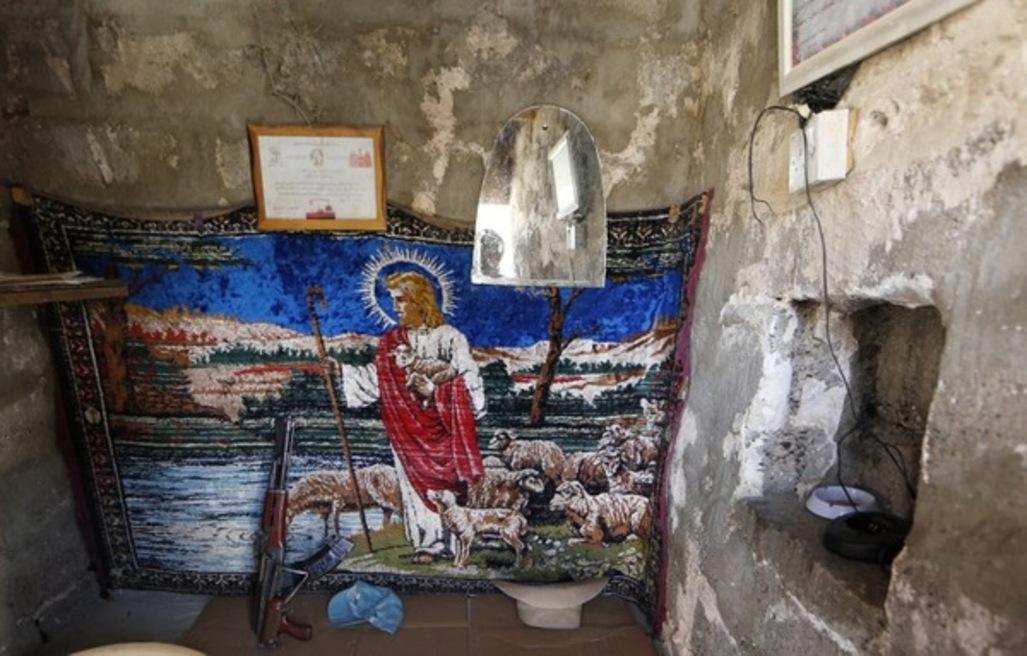 Une église à quelques kilomètres au nord de Qaraqosh, protégée par des miliciens kurdes et des chrétiens. Photo : AFP