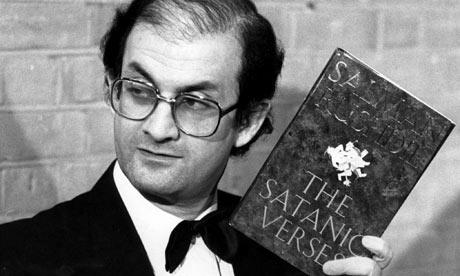 Salman Rushdie, tenant un exemplaire de son livre Les versets sataniques.