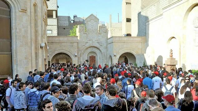 Pèlerins à l'église de Deir Es-Zor, au Nord de la Syrie, où le mémorial dédié aux victimes du génocide arménien a été détruit par les militants de l'État islamique.