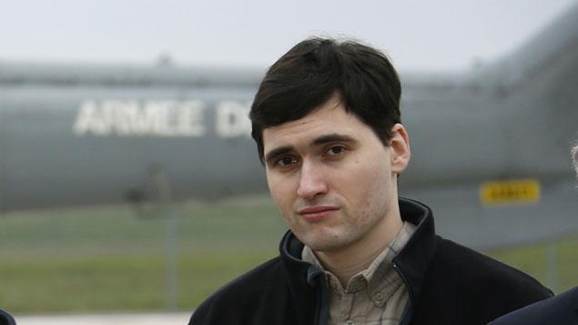 Pierre Torres à sa sortie d'avion après sa libération, le 19 avril 2014.