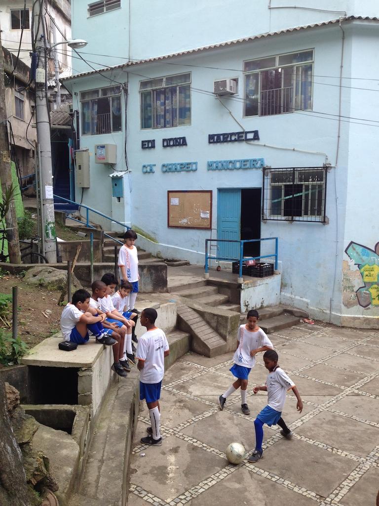 Des enfants jouent au football sur les hauteurs de Rio.