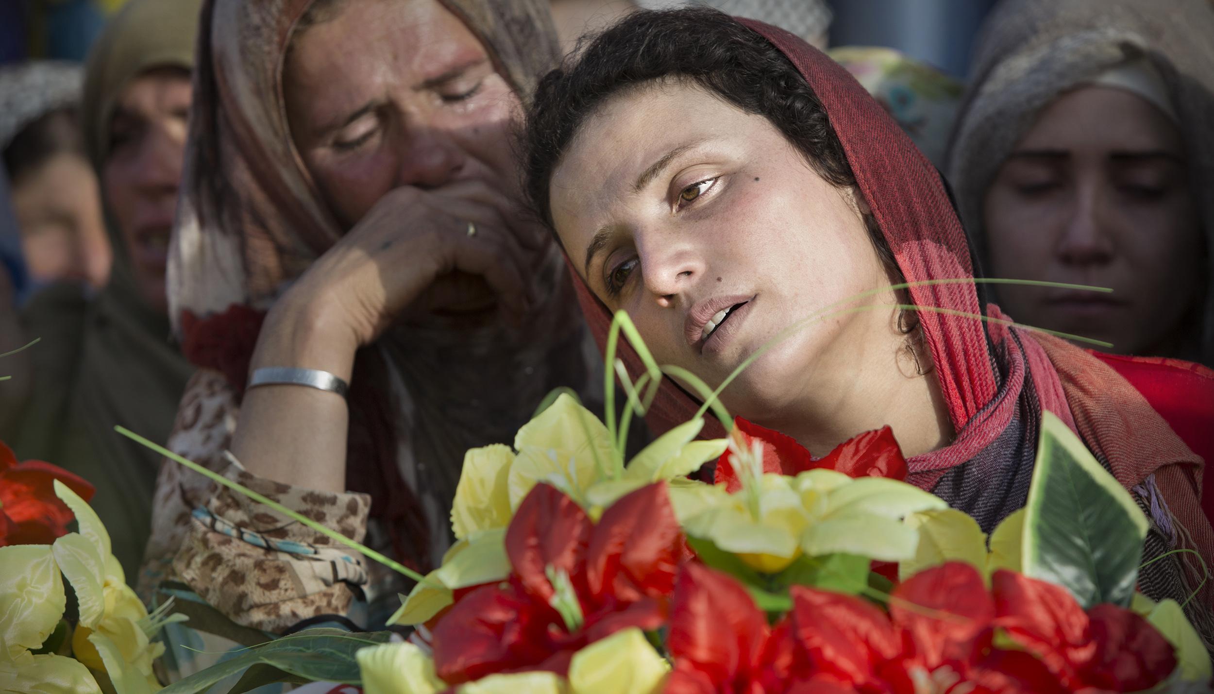 Des femmes kurdes lors de funérailles à Sérékaniyé dans le Nord de la Syrie.