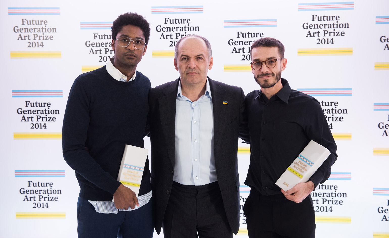 Victor Pinchuk entouré des vainqueurs du Future Generation Art Prize, l'artiste angolais Nástio Mosquito (à gauche) et l'artiste colombien Carlos Motta, à Kiev.