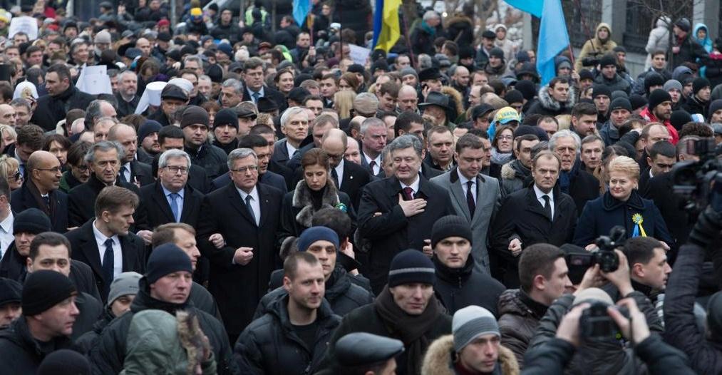 Bernard-Henri Lévy, Harlem Désir, Petro Porochenko réunis lors de la Marche pour la paix, à l'occasion de l'anniversaire de la révolution du Maïdan, ce samedi 21 février 2015 à Kiev.