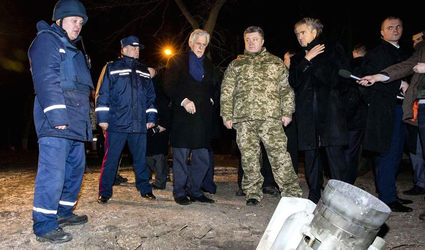 Le Président ukrainien Petro Porochenko et Bernard-Henry Lévy regardent une roquette qui n'a pas explosé à Kramatorsk dans la région de Donetsk en Ukraine, le 11 février.