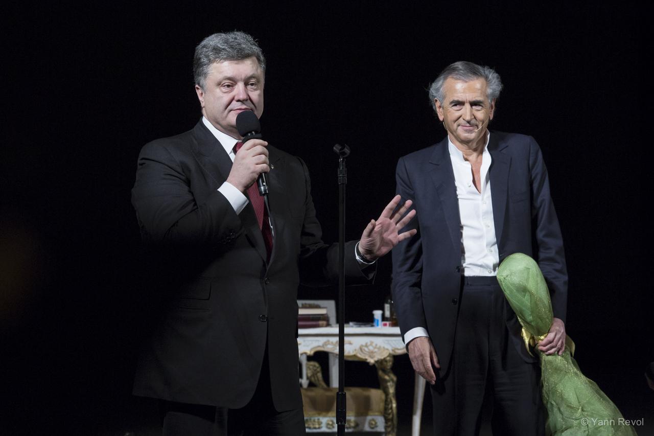 Petro Porochenko et Bernard-Henri Lévy le 21 février à l'Opéra National de Kiev.