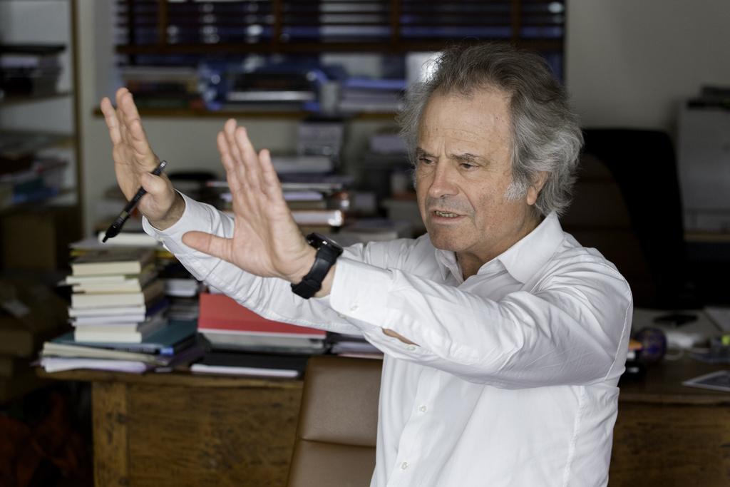 Portrait de Franz-Olivier Giesbert dans son bureau au magazine Le Point.