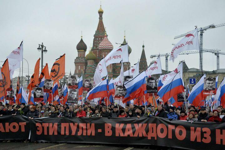 Moscou (Russie), ce dimanche 1er mars 2015. Des dizaines de milliers de Russes rendent hommage à Boris Nemtsov lors d'une grande manifestation