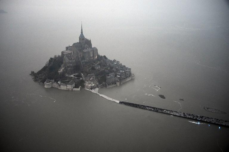 Vue aérienne du Mont Saint Michel entouré par la mer durant la marée du 20 mars 2015.
