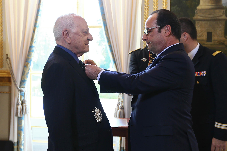 François Hollande remet les insignes de Grand Officier de la Légion d'Honneur à Pierre Bergé. © Présidence de la République – L.Blevennec
