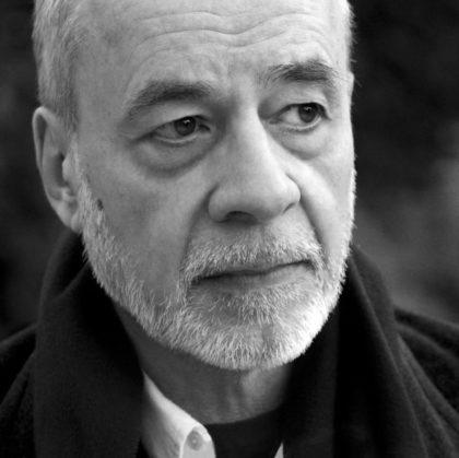 Portrait en noir et blanc de l'écrivain Patrick Mimouni