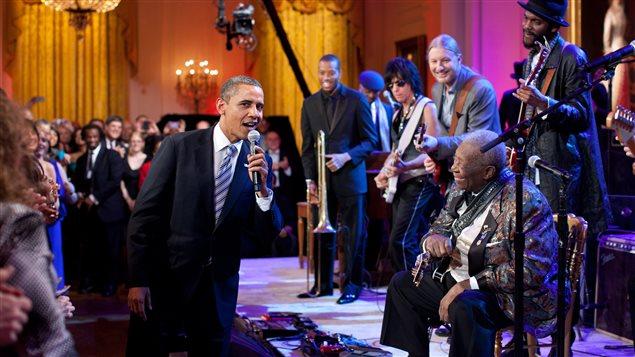 "Barack Obama chante-""Sweet Home Chicago"" avec B.B. King."