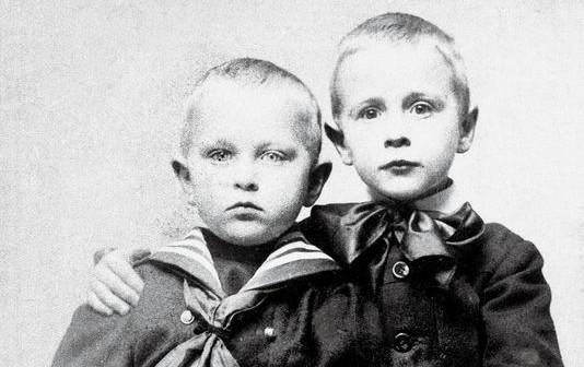 Les frères Georges Simenon et Christian Simenon (à gauche) .