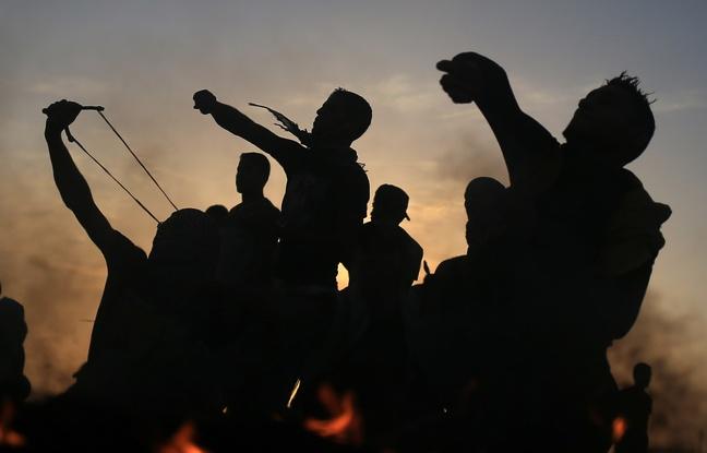 Des manifestants palestiniens jettent des pierre aux soldats israéliens lord d'affrontements à Gaza le 13 octobre 2015.