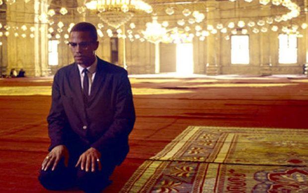 Malcolm X prie dans une mosquée en Egypte en 1964.