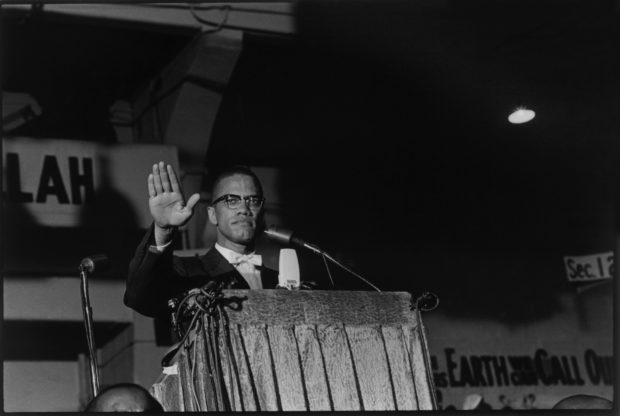 Portrait de Malcom X lors d'un rassemblement du mouvement Black Muslims, en 1961, à Washington D.C.