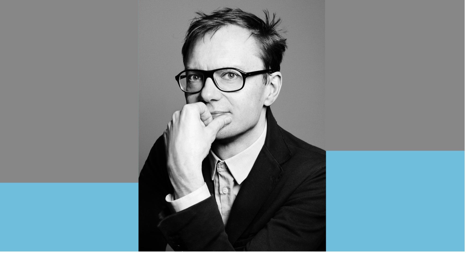 Portrait en noir et blanc de l'artiste Mathieu Mercier.