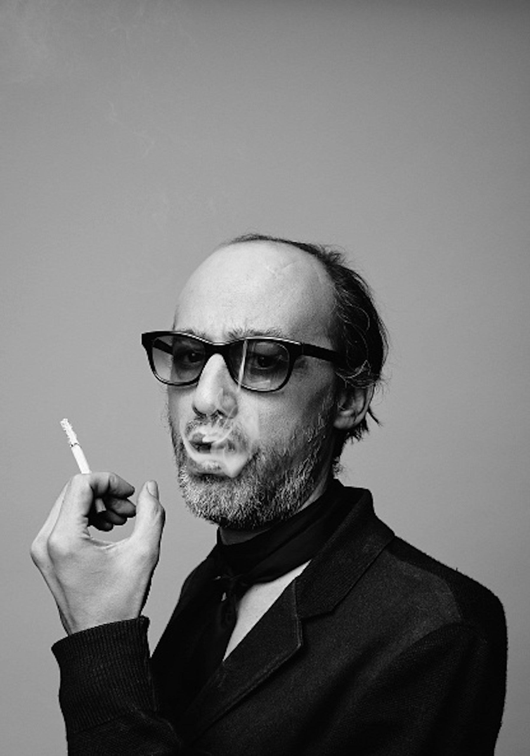 Nicolas Ker, en train de fumer une cigarette.