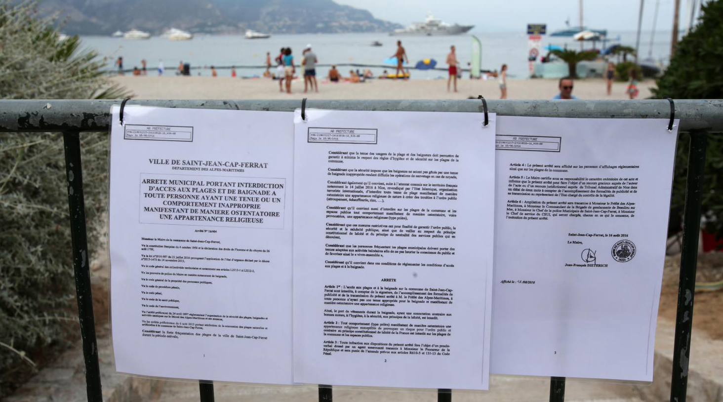 L'arrêté contre le port du burkini affiché devant la page de Saint-Jean Cap Ferrat (Alpes-Maritimes), le 19 août 2016.