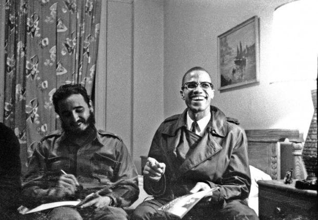 Fidel Castro et Malcolm X rient ensemble à l'hôtel Theresa, à New York, en 1960.