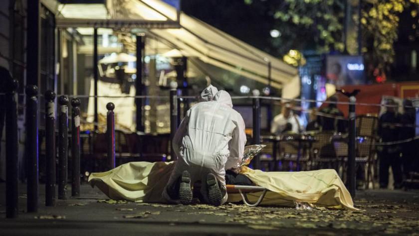 Des policiers français interviennent auprès d'une victime de la série d'attentats perpétrés à Paris, le 13 novembre 2015.