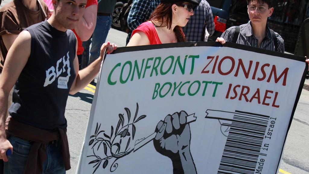 Des panneaux appelant au boycott d'Israël lors d'une manifestation anti-Israël à San Francisco, en avril 2011.