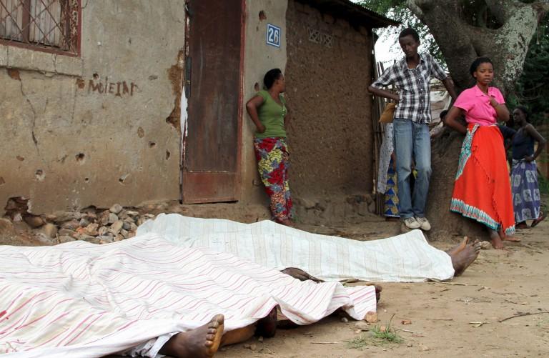 Des habitants regardent les corps inanimés de personnes tuées à Bujumbura, le 9 décembre 2015.
