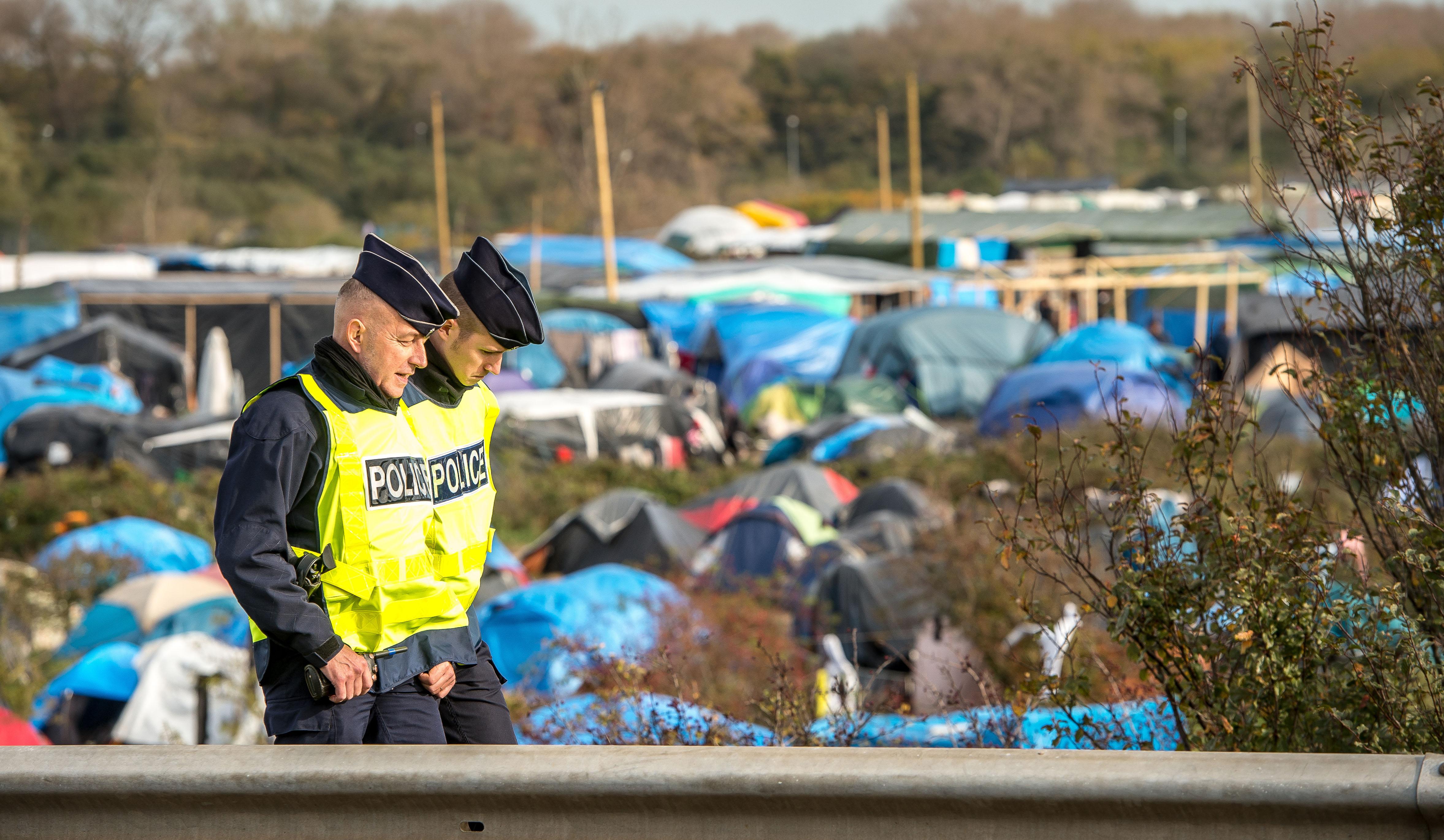 Patrouille de police dans le camp de migrants de Calais