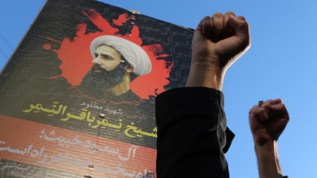 Le portrait du dignitaire religieux chiite Nimr al-Nimr lors d'une manifestation iranienne contre son exécution par les autorités saoudiennes, le 3 janvier 2016, devant l'ambassade d'Arabie Saoudite à Téhéran.