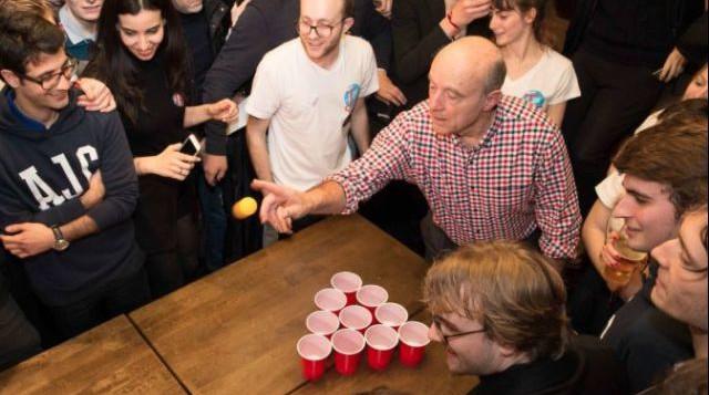 """Alain Juppé joue au """"Beer Pong"""""""