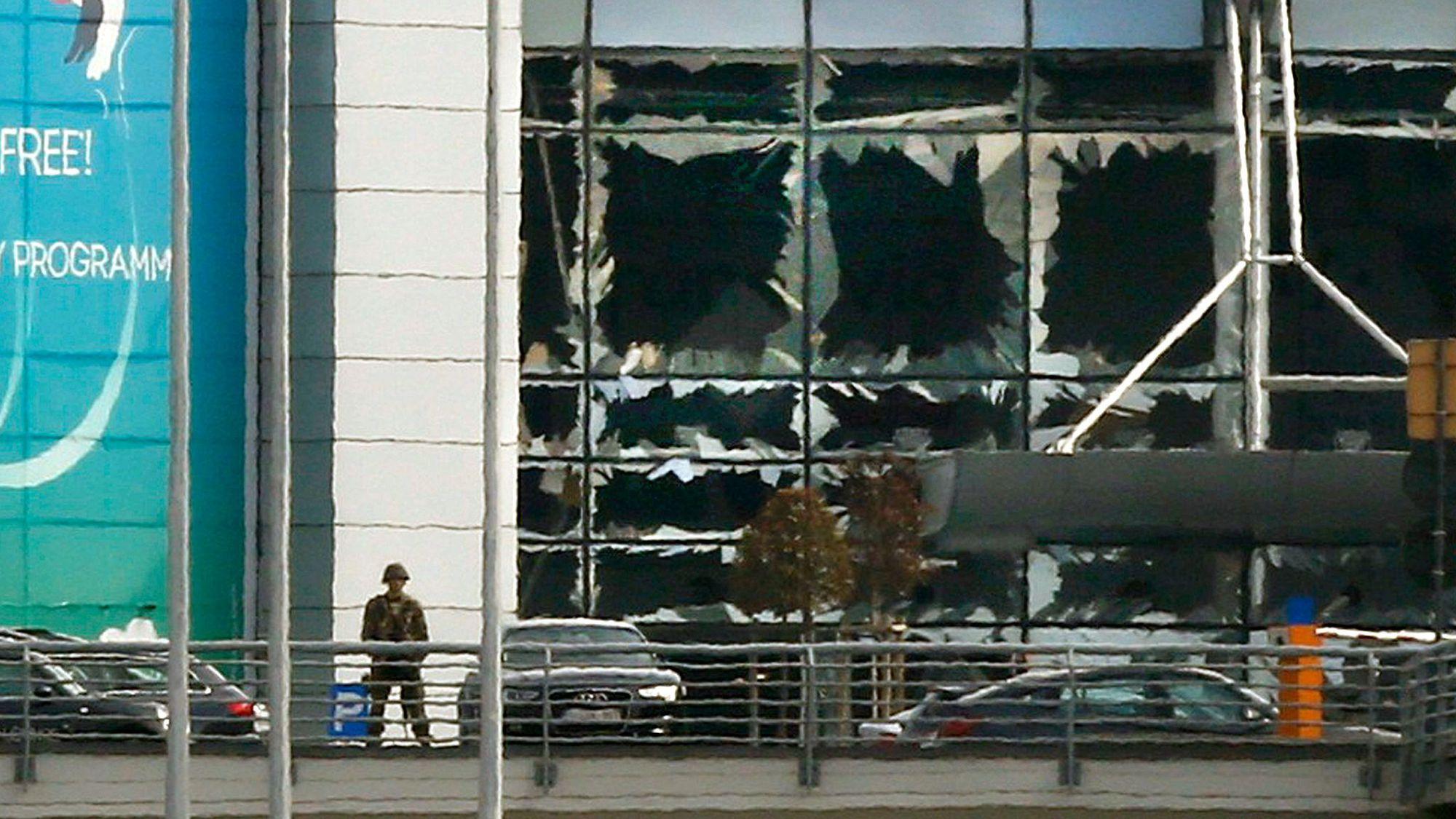 La façade de l'aéroport de Zaventem suite à l'attentat du 22 mars 2016.