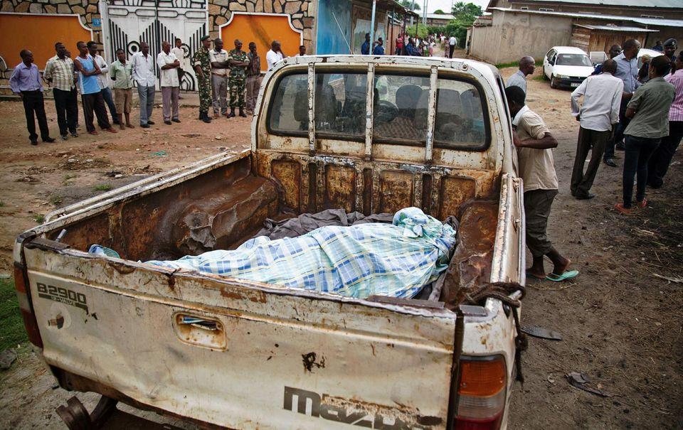 Le corps d'un domestique d'une cinquantaine d'années tué par la police dimanche à Musaga, un quartier situé dans le sud de la capitale burundaise, Bujumbura.