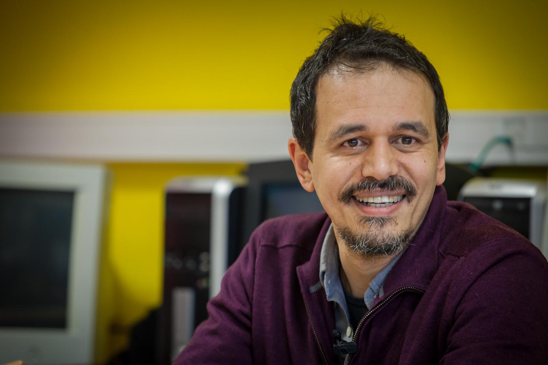 """Karim Miské, auteur de """"N'appartenir"""", un récit autobiographique moderne et puissant."""