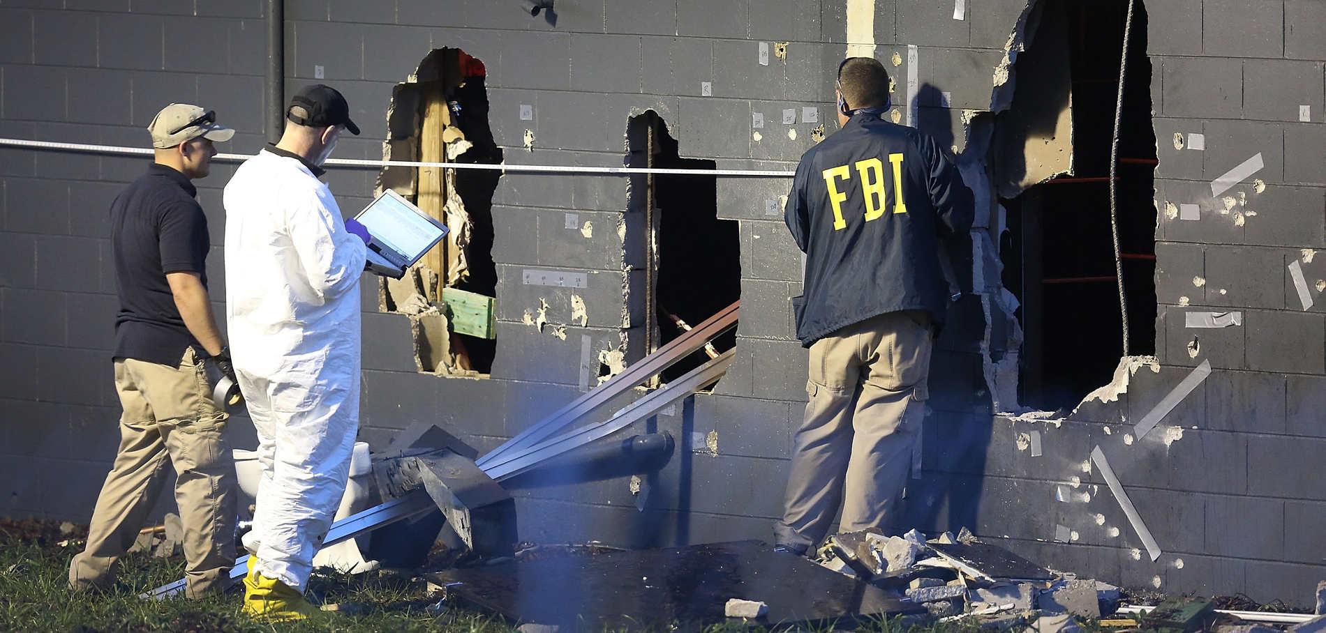 Des agents du FBI mènent l'enquête après la tuerie dans la boîte de nuit gay Pulse qui a fait 50 morts et 53 blessés dans nuit du 12 juin à Orlando (Floride).