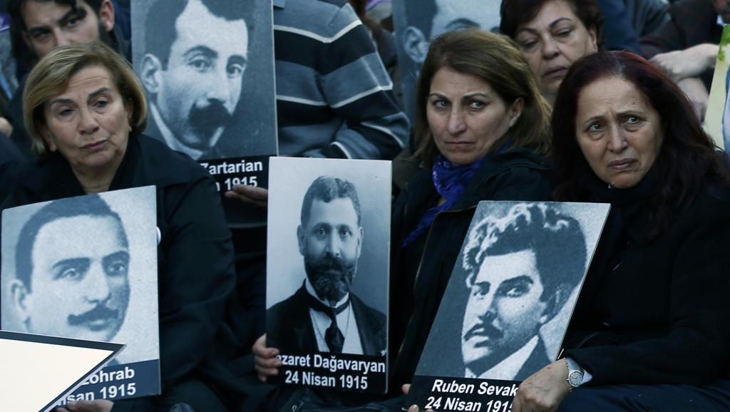 Des familles de victimes du génocide arménien rassemblées à Istanbul le vendredi 24 avril 2015, date anniversaire du début du génocide.