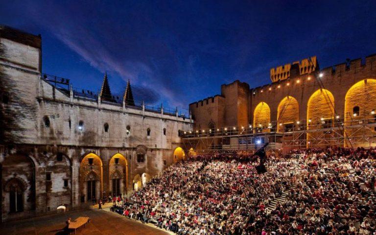Cour d'honneur du palais des Papes à Avignon.