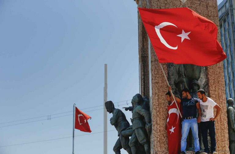 Des opposants au coup d'Etat, place Taksim à Istanbul le 16 juillet 2016.